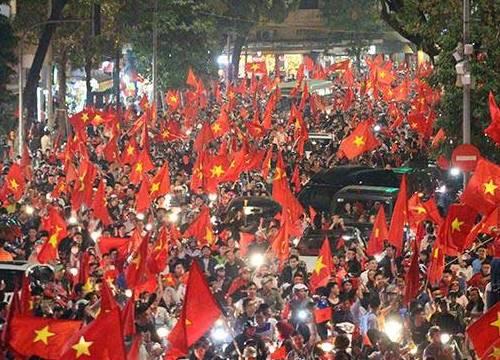 Rừng cờ nhuộm đỏ rực đường phố mừng kỳ tích của U23 Việt Nam