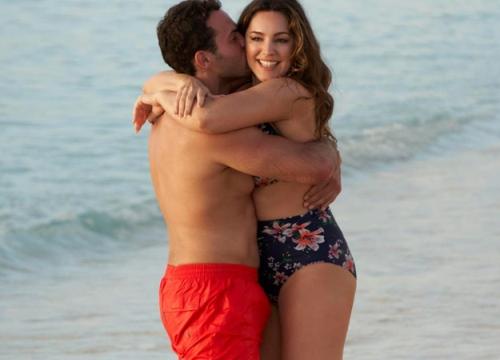 'Phi công trẻ' không ngừng ôm hôn cô đào Kelly Brook trên bãi biển