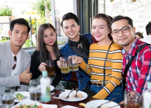 Vợ chồng Huỳnh Đông chúc mừng Nam Cường đoạt quán quân cuộc thi hát