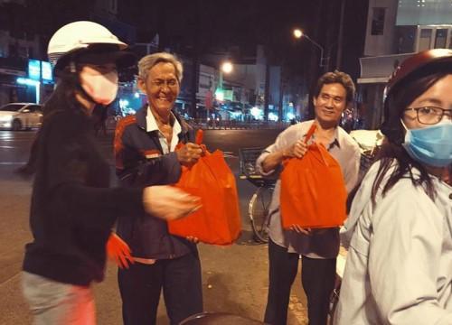 Đông Nhi giản dị đi trao quà cho người vô gia cư giữa đêm, san sẻ yêu thương những ngày giáp Tết