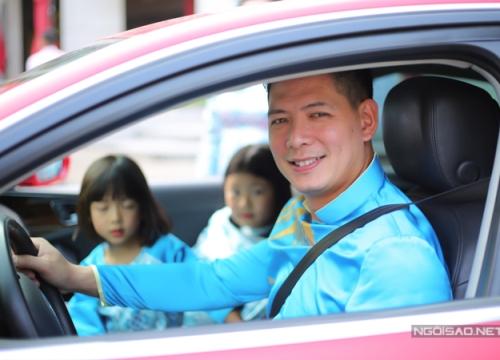 Bình Minh rạng rỡ đưa vợ con đi đường hoa Nguyễn Huệ chụp ảnh Tết