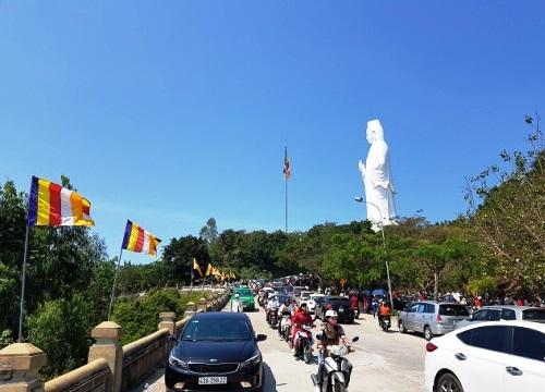 Mùng 1 Tết ấm áp, dân Đà Nẵng nô nức đi lễ chùa Linh Ứng Sơn Trà