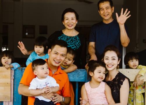 Vợ chồng Jennifer Phạm đưa hai con đi làm từ thiện chiều 29 Tết
