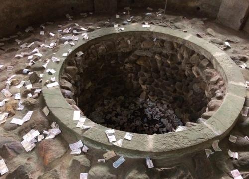 Giếng cổ ở Đền Hùng la liệt tiền lẻ của du khách ném