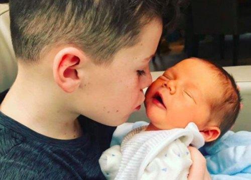 Vợ chồng Rooney liên tục khoe ảnh con trai mới chào đời