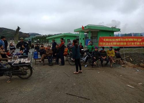 Dân mang ruồi đến phản đối nhà máy rác vì ô nhiễm