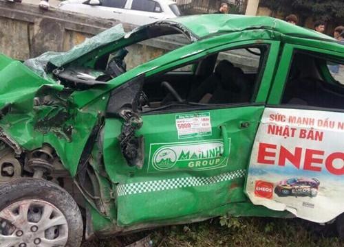 Tàu hỏa tông taxi văng xa 15m, tài xế thiệt mạng tại chỗ