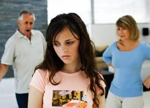 """Bố mẹ sốc ngất vì con gái """"ế"""" nằng nặc đòi lấy bằng được anh xe ôm đầu ngõ và cái kết bất ngờ"""