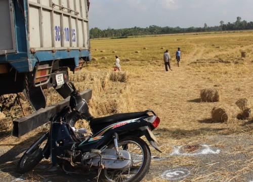 Tông vào xe tải đang đỗ bên đường, một phụ nữ tử vong