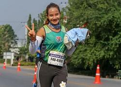 Câu chuyện cảm động đằng sau bức ảnh VĐV marathon bế chú chó con chạy suốt 30km