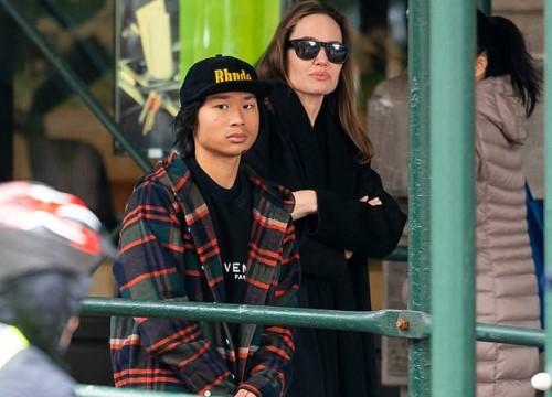 Pax Thiên cao lớn, đi mua sắm cùng mẹ Angelina Jolie và em trai