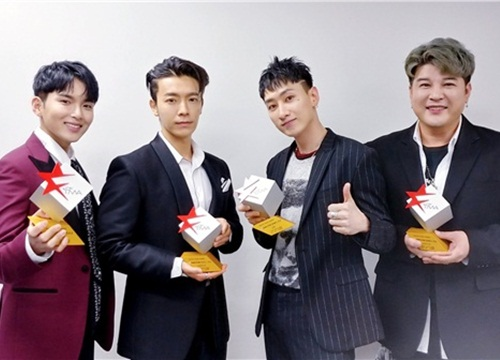 'Quậy' như Super Junior: Cướp mic, lột áo MC ngay trước hàng ngàn fan hâm mộ