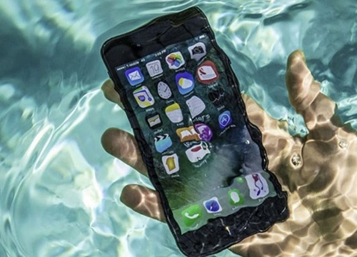 """Vì sao smartphone có tiêu chuẩn kháng nước nhưng vẫn """"sợ nước""""?"""