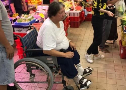 """Hồng Kim Bảo - """"tình cũ Phạm Băng Băng"""" ngồi xe lăn ở tuổi xế chiều với tình trạng sức khoẻ đi xuống"""
