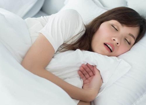 Ngủ ngáy, cô gái suýt chút nữa bị bạn trai hại chết vì quá ồn ào