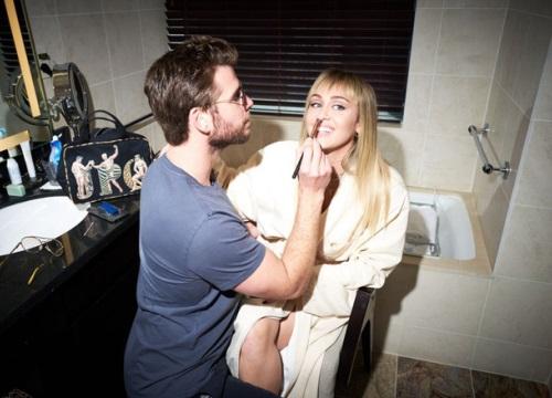 Nhìn Liam Hemsworth tỉ mẩn trang điểm cho Miley Cyrus ở hậu trường, fan mới biết người chồng hoàn hảo là thế nào
