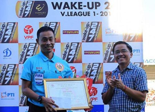 VFF trao phần thưởng cho trọng tài cứu người trên sân