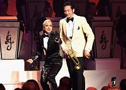 Lady Gaga hôn nhạc công đã có vợ trên sân khấu