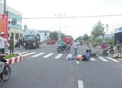 Vợ bị xe khách tông chết, chồng ôm xác khóc thảm thiết
