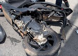 Xe khách húc xe máy, đôi nam nữ chấn thương nặng trên QL1