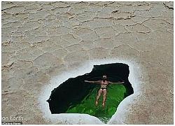 Cảnh nữ du khách bơi lội ở nơi nóng nhất thế giới như siêu thực