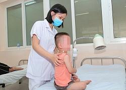 Bất ngờ bị hóc kẹo, kêu không thành tiếng, không khóc được, bé trai 22 tháng tuổi may mắn được cấp cứu