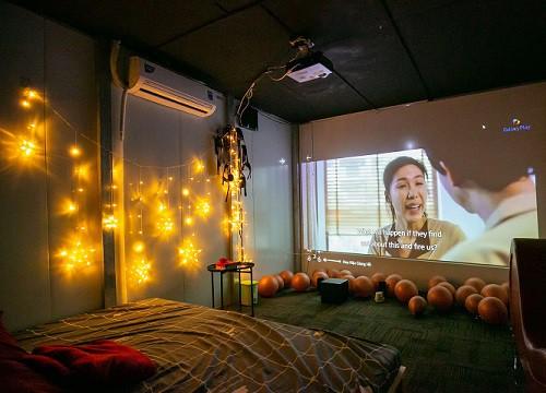"""Bên trong """"rạp phim… người lớn"""" đang gây xôn xao tại Sài Gòn, có giường để nằm xem phim, trang bị đủ loại """"đồ chơi"""" cho khách dùng khi có nhu cầu!?"""